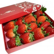 Свіжа полуниця в подарунковій коробці