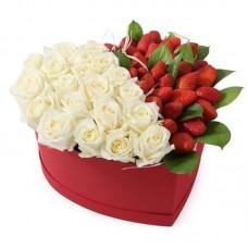 Свежая клубника и розы в коробке сердце