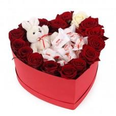Розы, игрушка и Рафаелло